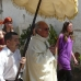 pastoor met parasol