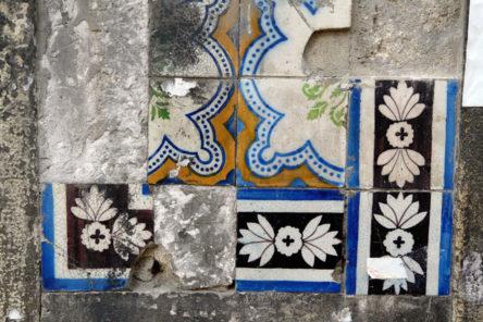verschillende tegels op een muur in Lissabon