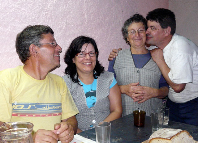 Piedade met Américo, Regina en Diolindo, 3 van haar 5 kinderen.