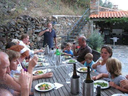Gezamenlijke maaltijd op de patio.