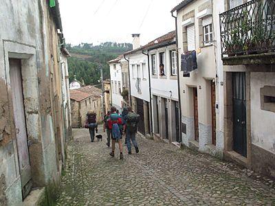Wandelend door een dorpje.