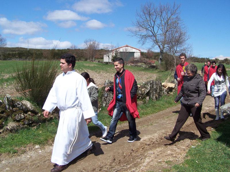De pastoor loopt voorop, dorpelingen erachter