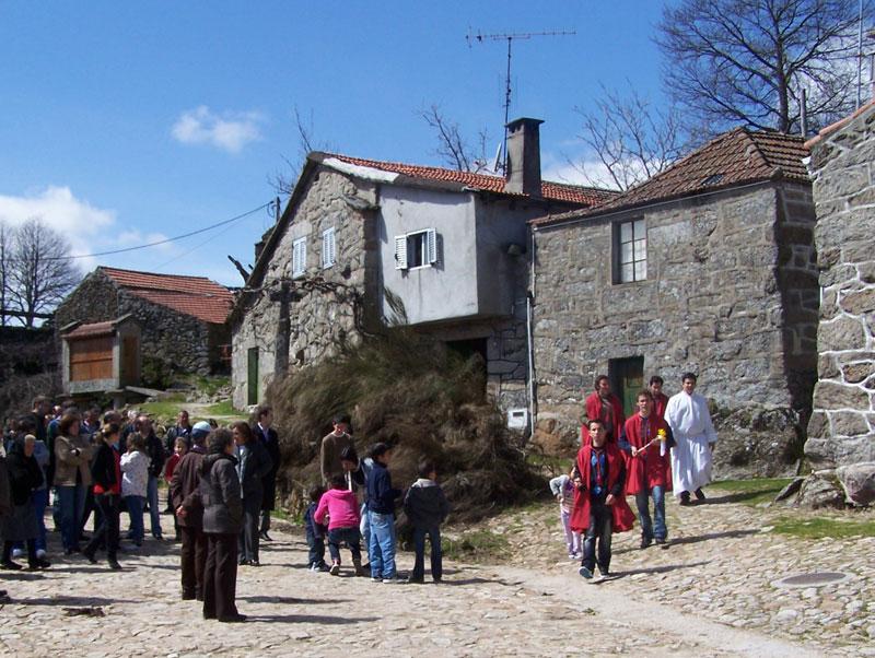 Groep bij een dorpshuis