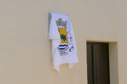 Het tweede bord hangt onder de vlag van Maladão