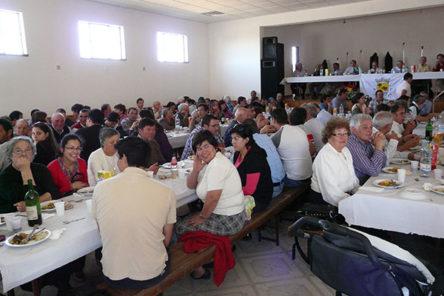 Lunch voor heel Maladão in het gemeenschapshuis