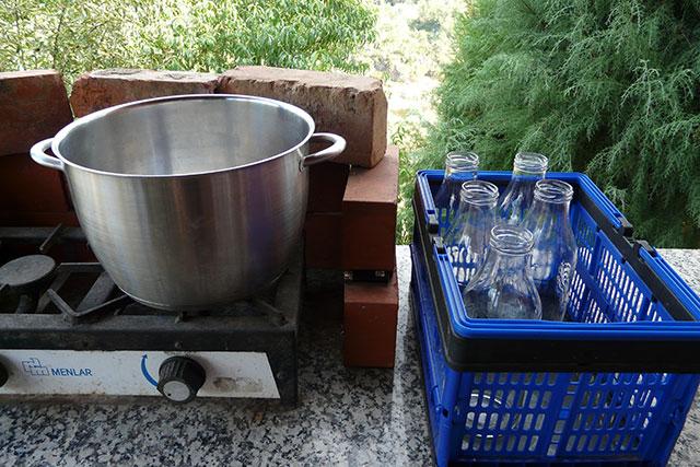 De flessen steriliseer ik in kokend water.