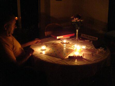Scrabble bij kaarslicht
