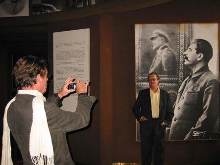 Charles fotografeert Gerrit Komrij in Stalinmuseum