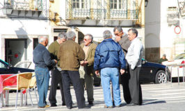 Portugese mannen op pleintje