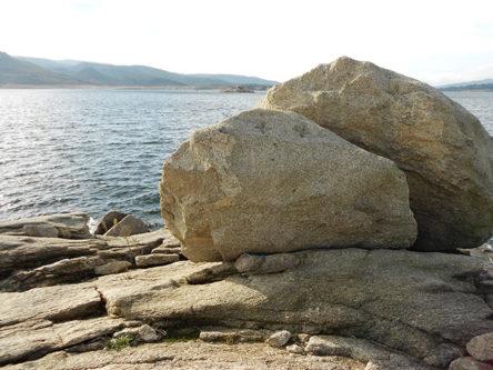 rotsen bij stuwmeer in Noord Portugal