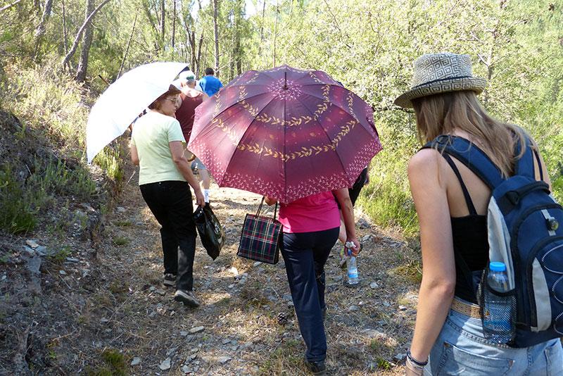 Deze dames uit Aveia hebben een wel heel aparte wandeluitrusting. De paraplus zijn tegen de zon.