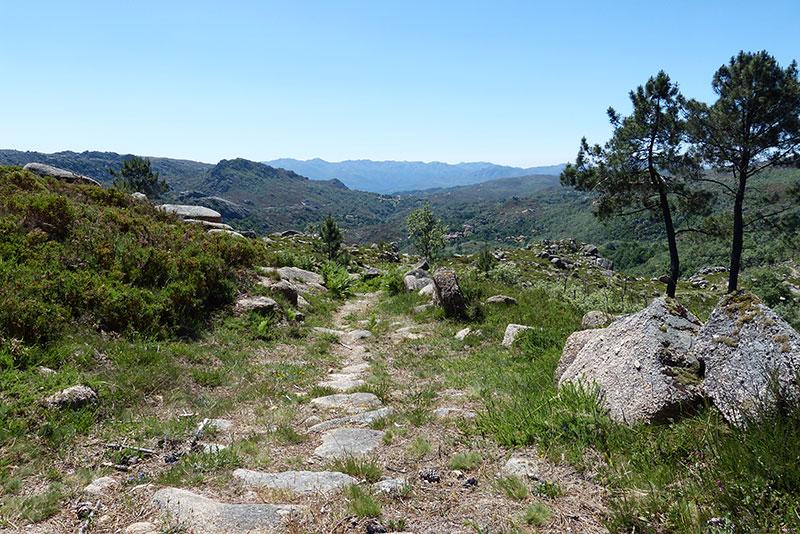 Je vind hier nog veel middeleeuwse paden, geplaveid met grote platte stenen.