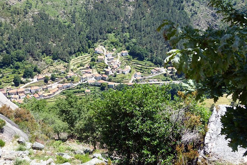 Het dorpje Peneda: we hebben nog een pittige afdaling voor de boeg.