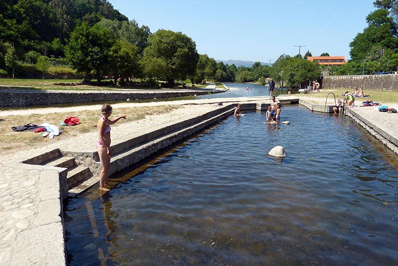 Het natuurlijke warmwaterbad in Lóbios. Vlak er naast stroomt de rivier met koud water.