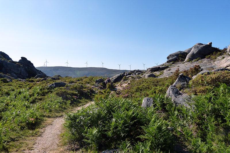 Windmolens ten noorden van het park, boven Branda da Bouça dos Homens.
