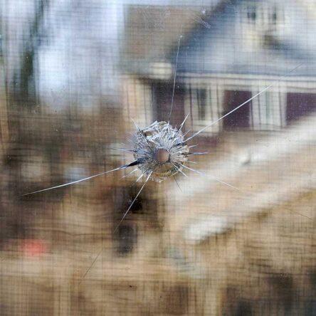 kogelgat in raam