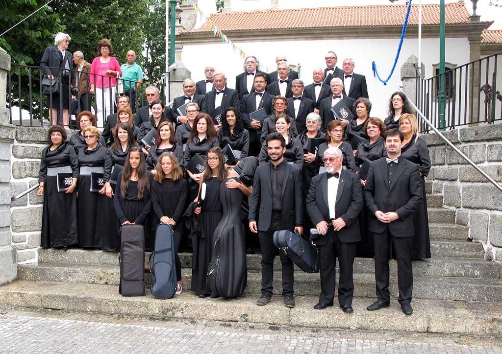 Groepsportret van het koor bij Capela de Santa Ana in Oliveira do Hospital., Portugal