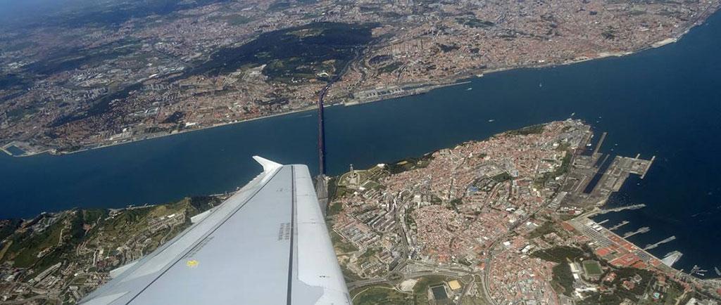 De aanvliegroute levert mooie plaatjes op: goed zicht op de Ponte 25 de Abril bijvoorbeeld!
