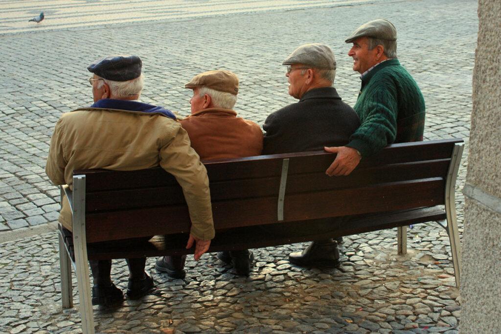 Mannen op een bankje