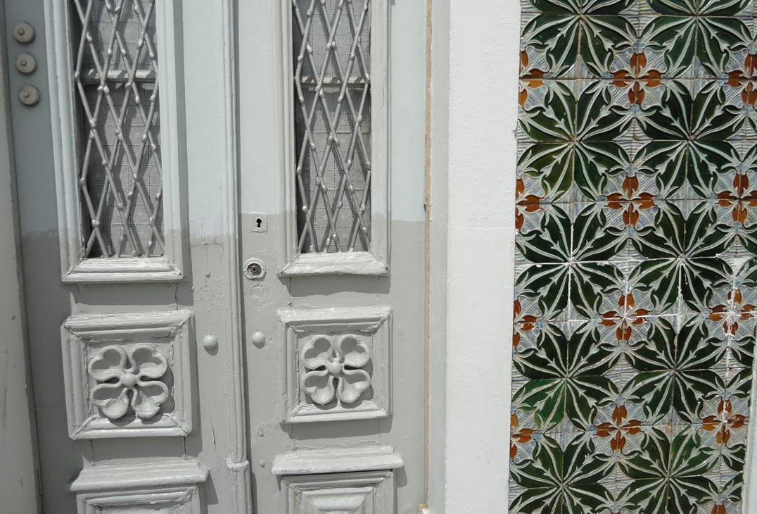 Bordallo Pinheiro  tegels op gevel