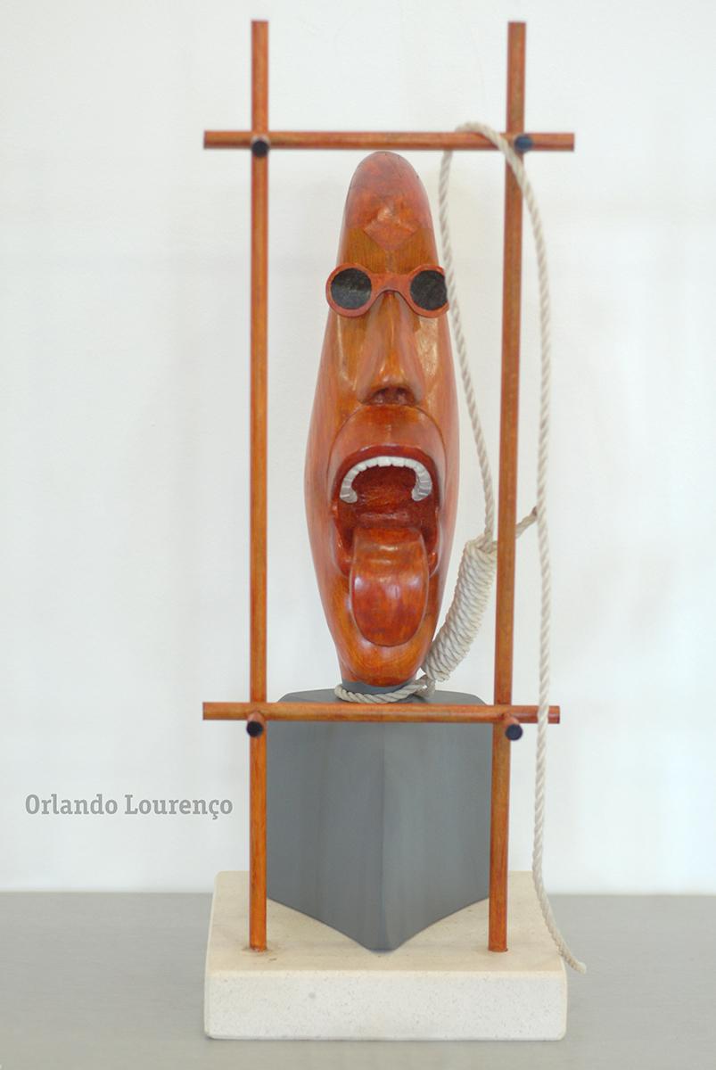 Prisoneiro da Loucura - houten sculptuur van Orlando Lourenço