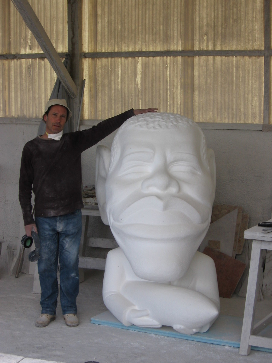tenen sculptuur van Antonio Nogueira