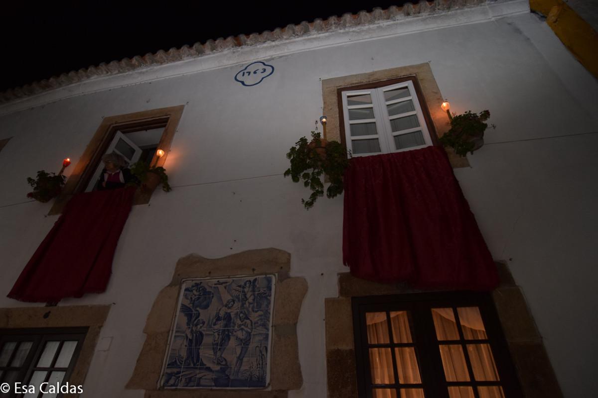 Tijdens de begrafenis van Christus in de Semana Santa is Óbidos schaars verlicht.