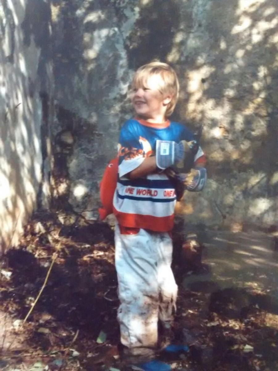 jongetje in achtertuin