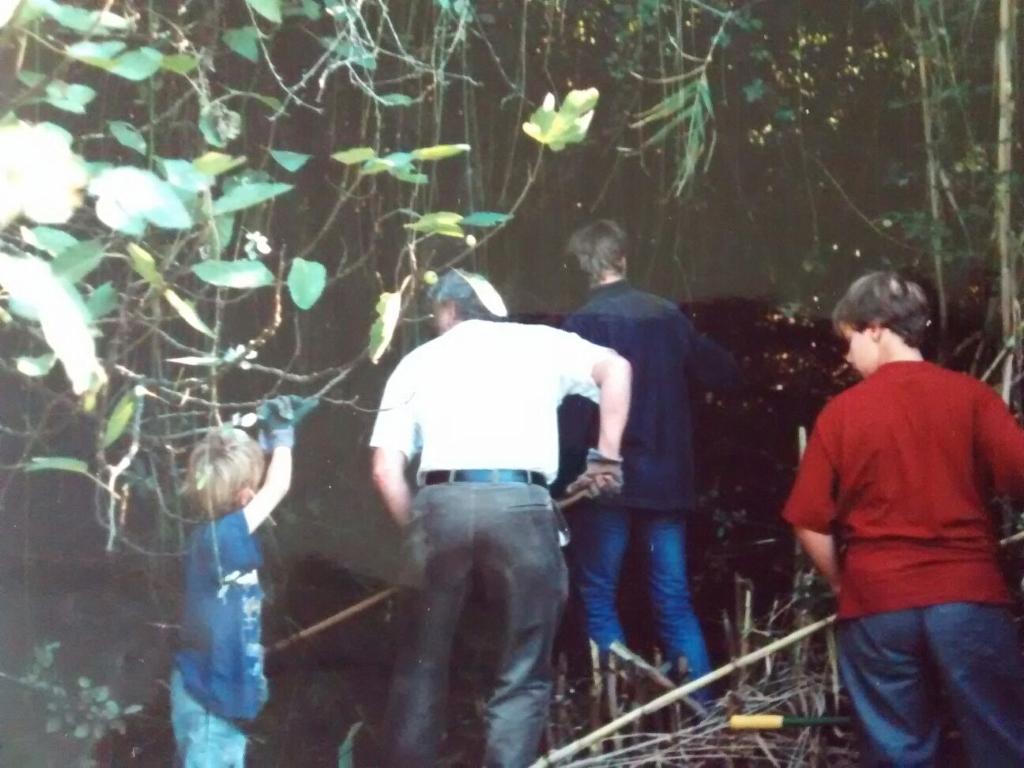 groepje mensen hakt tuin vrij