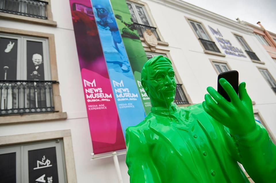 Beeld van journalist en schrijver Eça de Queiroz voor de ingang van het Newsmuseum