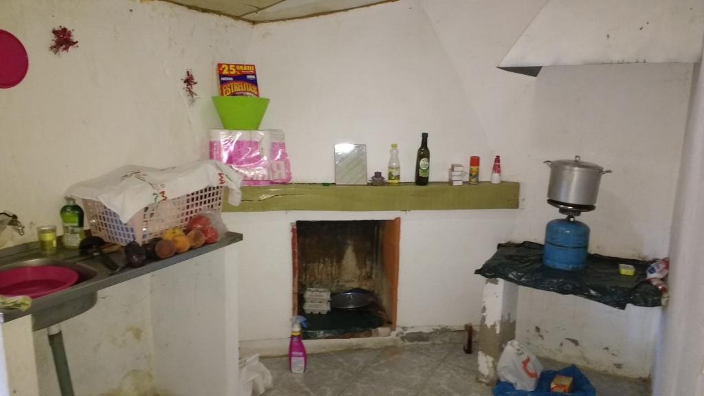 Een oude keuken zonder voorzieningen