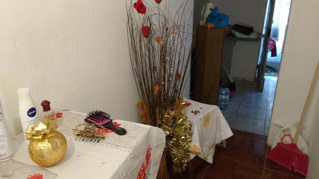 Een vaas met kunstbloemen en een tafeltje