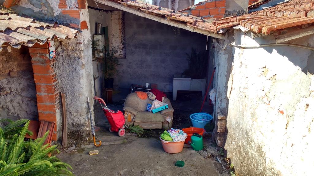 De achterkant van het huisje met wasteilen