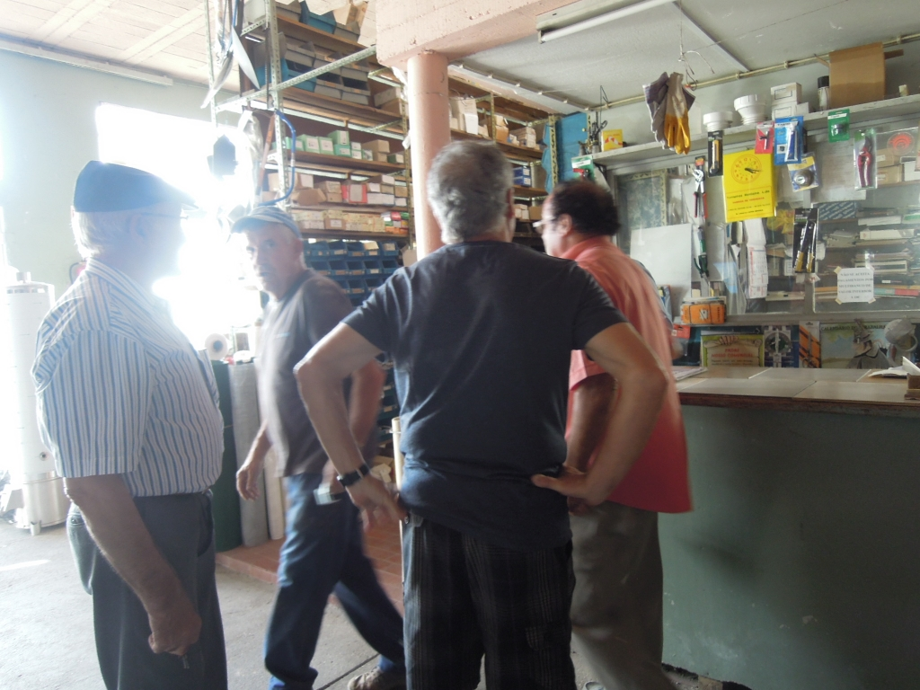 Een groep mannen wachten voor de toonbank van de rommelwinkel