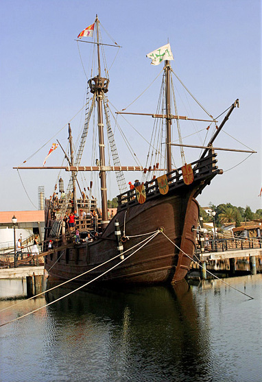 Replica van het schip Santa María met kraaiennest