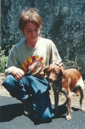 Een jongetje aait een hondje