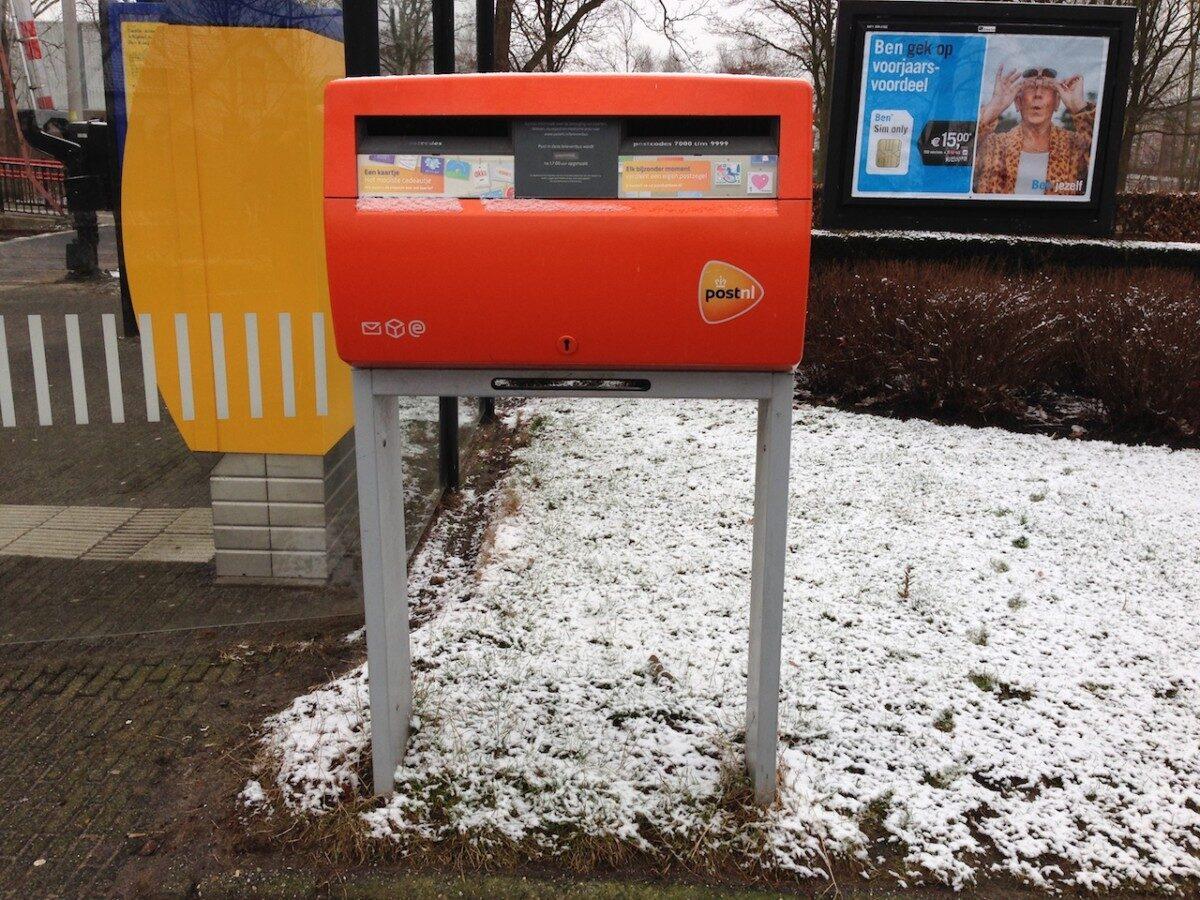 Rode Nederlandse brievenbus