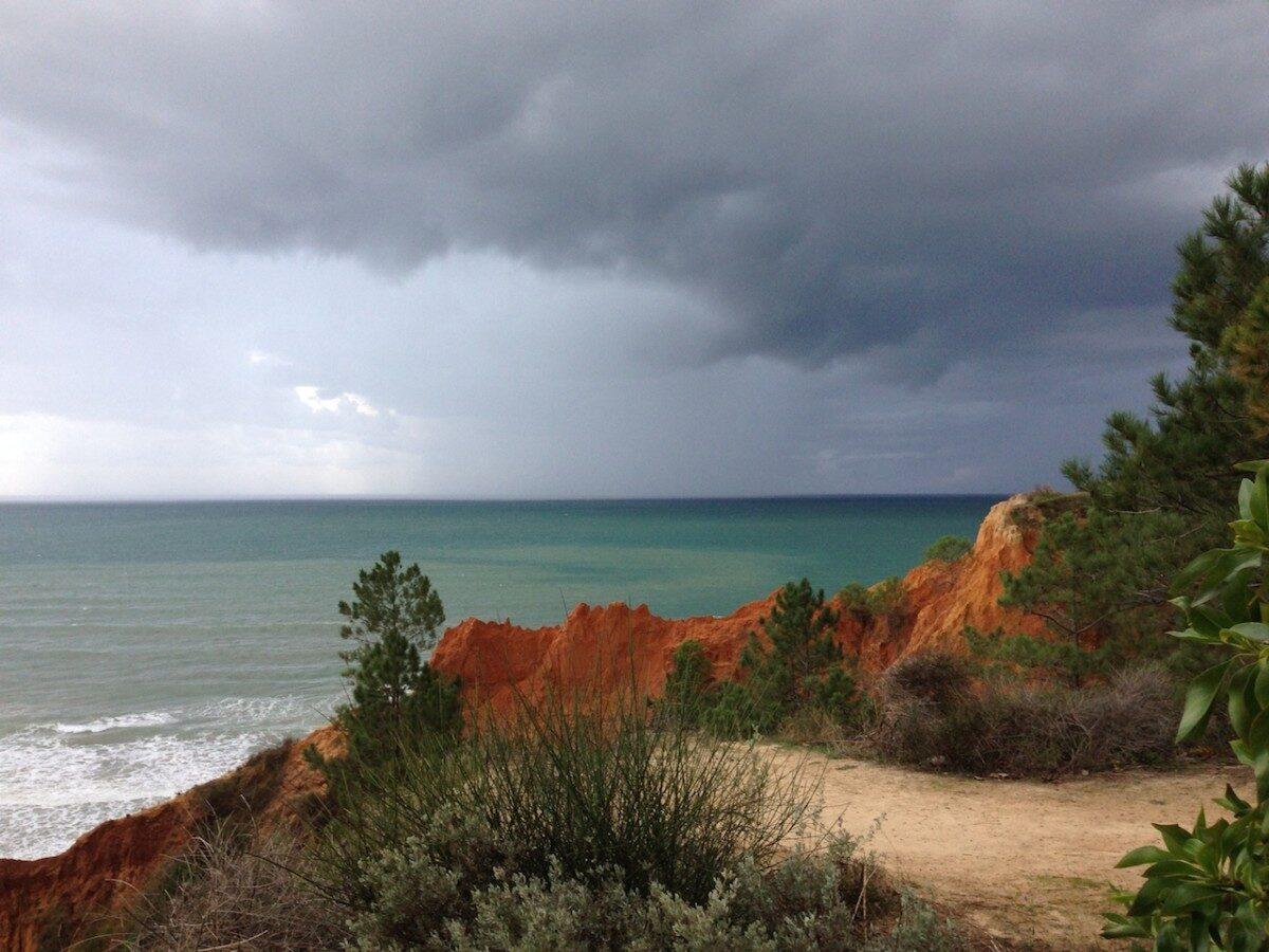 Donkere wolken over de oceaan