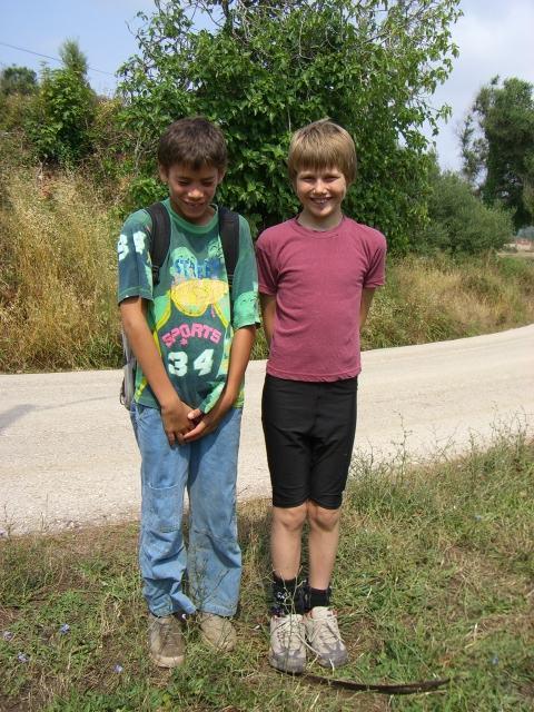 twee jongetjes op het grasveld