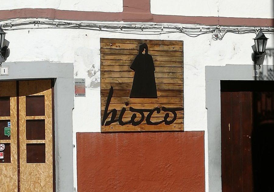 Het uithangbord van Café Bioco in Olhão laat een vrouw in een zwarte boerka zien.