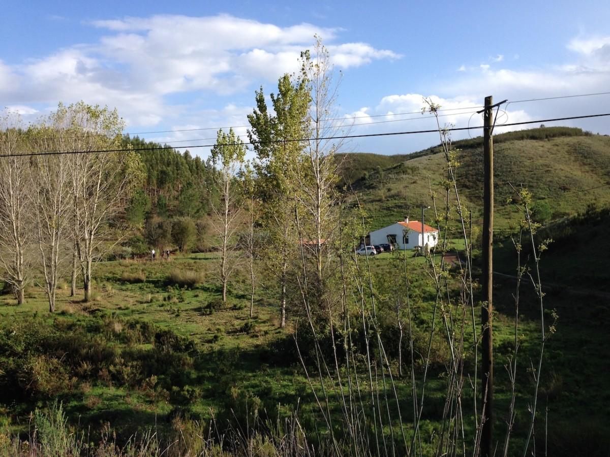 huisje in een groen dalletje omringd door heuvels
