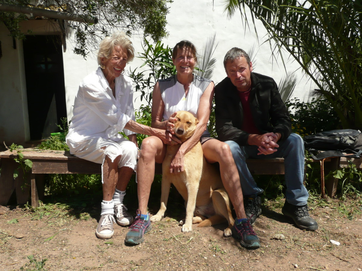 Nana, Nadine en Marc (vrijwilligers) en hond Blits.