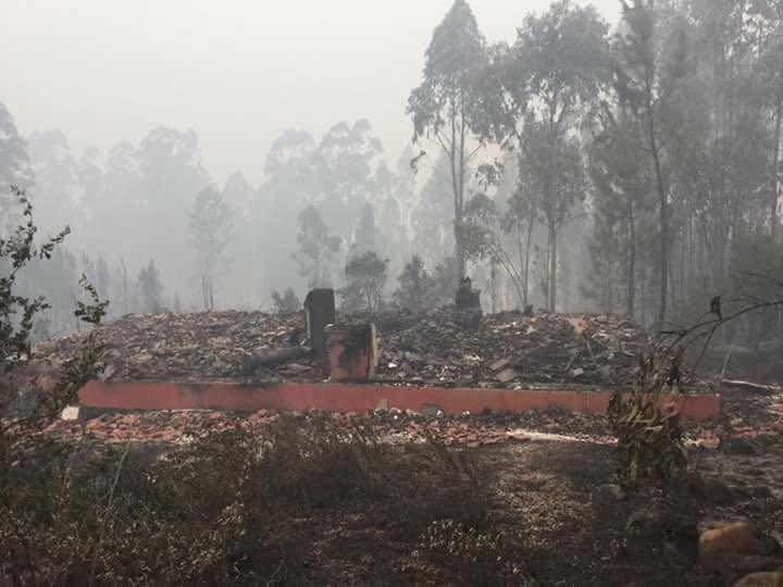 resten van afgebrand huis