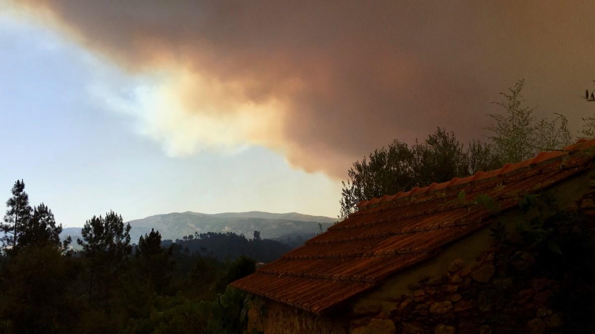 Dikke rookwolken verduisteren de zon