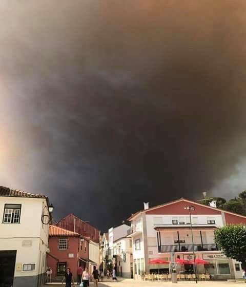 zwarte lucht door bosbrand in Arganil