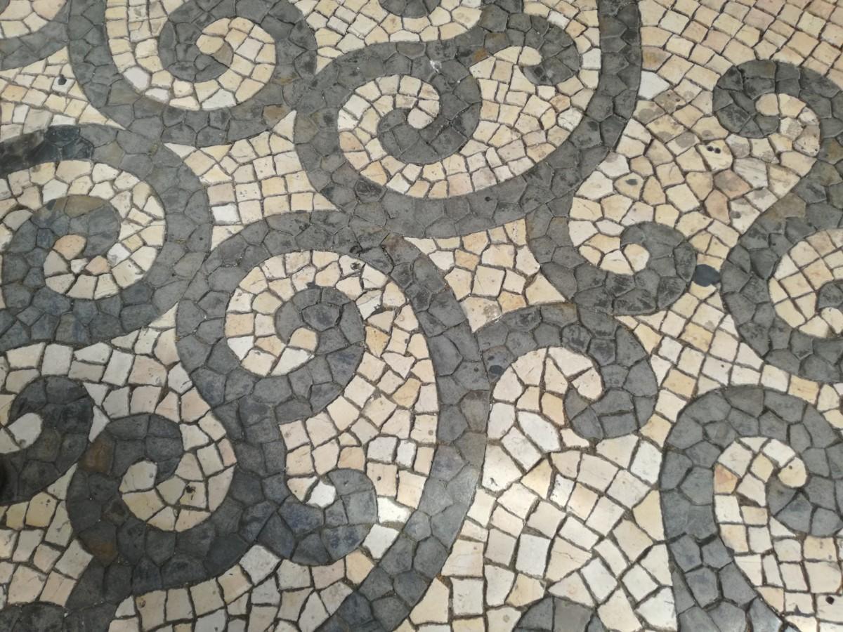 Detail van de krulpatronen in een winkelstraat in Faro.