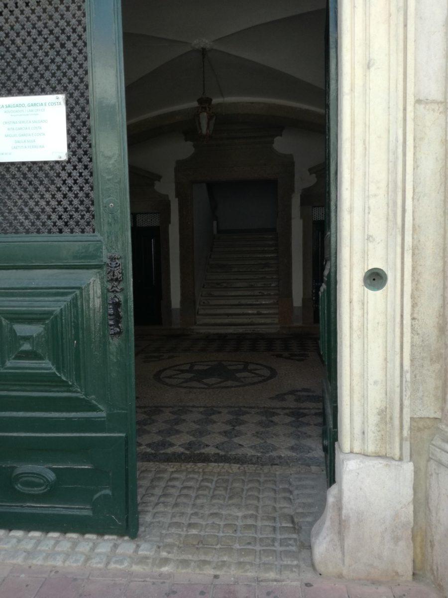 Een kijkje door een open deur laat zien dat mozaïekbestrating ook binnenshuis wordt toegepast.