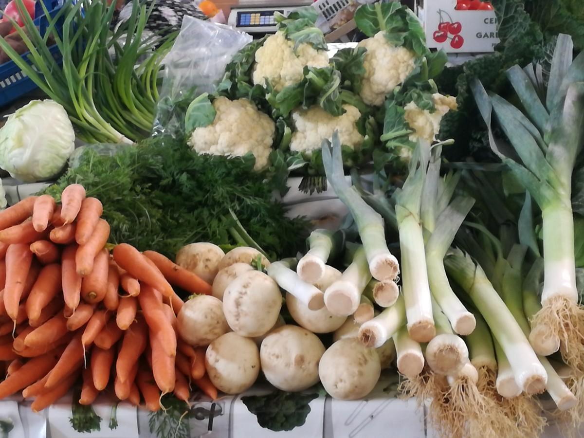 Nog een foto met een stapel groente: prei, wortelen, bloemkool en raapjes.