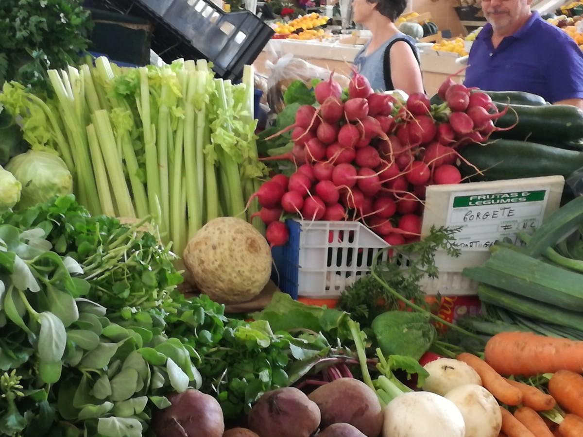 Een selectie van kleurige groenten op de markt in Tavira: radijs, bleekselderij, knolselderij, bieten, wortels, raapjes en waterkers.
