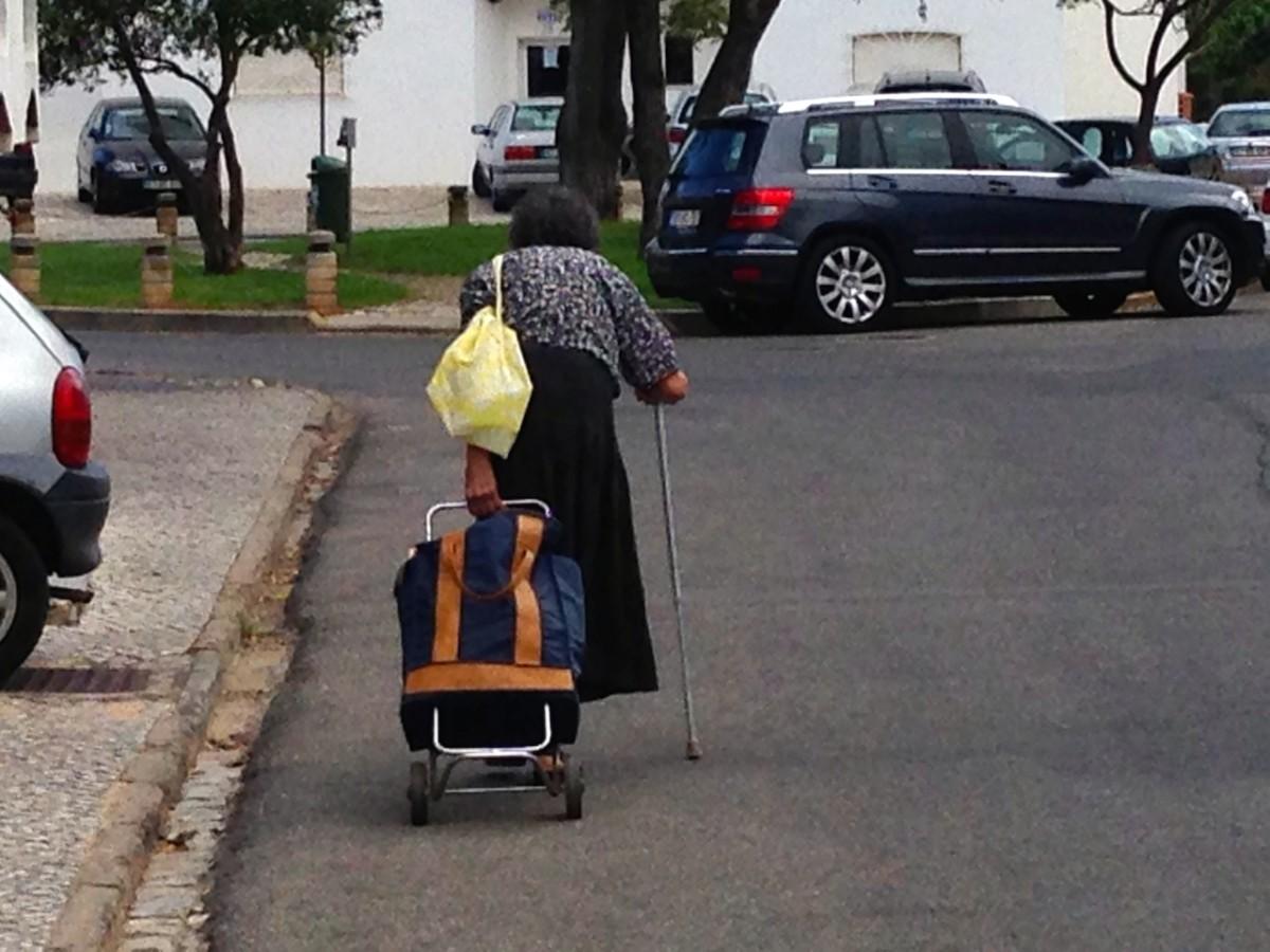 Dame op leeftijd met boodschappenwagentje